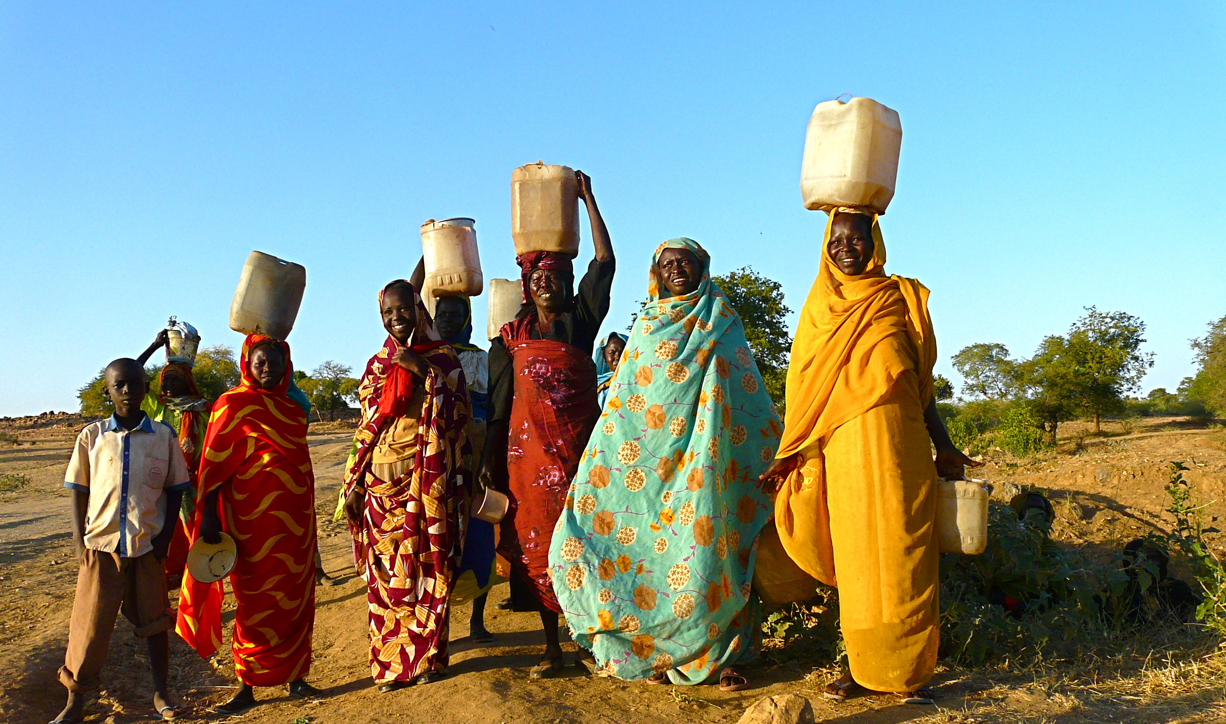 Baggara women carring water in Sudan - by Rita Willaert