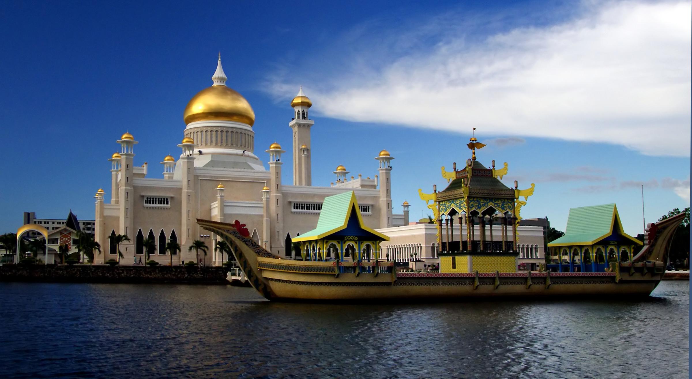 Sultan Omar Ali Saifuddien Mosque, Brunei - by Bernard Spragg